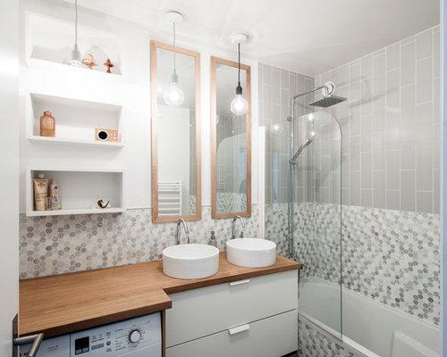 Salle de bain avec carrelage en mosa que et un mur gris for Petite salle de bain carrelage gris
