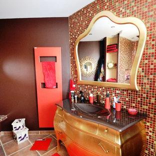 Diseño de cuarto de baño principal, contemporáneo, con sanitario de dos piezas, baldosas y/o azulejos beige, baldosas y/o azulejos blancos, baldosas y/o azulejos marrones, baldosas y/o azulejos negros, baldosas y/o azulejos rojos, baldosas y/o azulejos en mosaico, paredes marrones, suelo de baldosas de cerámica, lavabo integrado y encimera de acero inoxidable