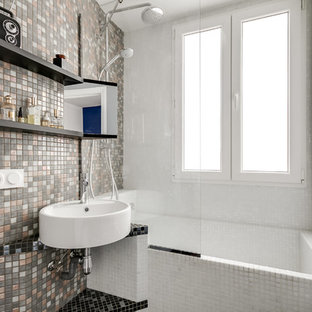 Ispirazione per una piccola stanza da bagno padronale design con vasca/doccia, piastrelle a mosaico, lavabo sospeso, piastrelle nere, piastrelle bianche, piastrelle grigie, piastrelle marroni, pareti grigie, pavimento con piastrelle a mosaico, top piastrellato, vasca sottopiano e doccia aperta