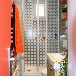 Esempio di una piccola stanza da bagno padronale minimalista con WC sospeso, piastrelle blu, piastrelle in ceramica, pareti multicolore, pavimento con piastrelle in ceramica, lavabo integrato, pavimento blu e porta doccia scorrevole