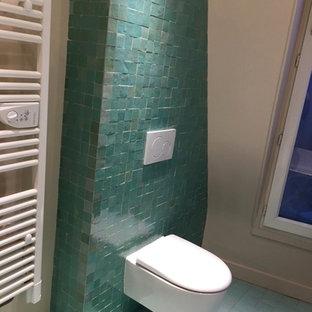 Esempio di una stanza da bagno per bambini mediterranea di medie dimensioni con vasca da incasso, piastrelle verdi, piastrelle in terracotta, pavimento in terracotta e pavimento rosa
