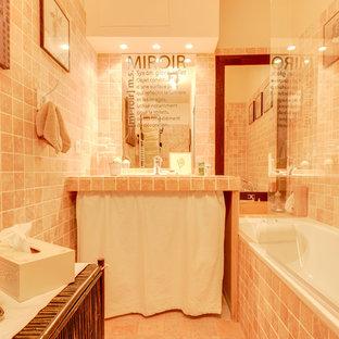 Foto de cuarto de baño principal, de estilo de casa de campo, pequeño, con armarios abiertos, puertas de armario beige, bañera encastrada, combinación de ducha y bañera, sanitario de una pieza, baldosas y/o azulejos rosa, baldosas y/o azulejos de piedra, paredes rosas, suelo de mármol, lavabo integrado, encimera de granito, suelo rosa, ducha con puerta con bisagras y encimeras rosas