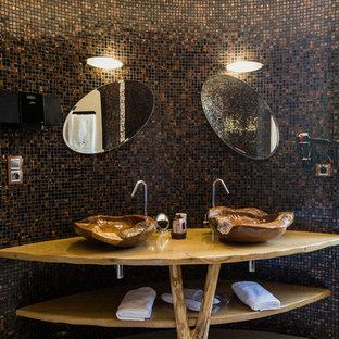 Неиссякаемый источник вдохновения для домашнего уюта: большая ванная комната в морском стиле с открытыми фасадами, фасадами цвета дерева среднего тона, коричневой плиткой, черной плиткой, плиткой мозаикой, полом из керамической плитки, душевой кабиной, настольной раковиной и столешницей из дерева