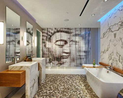 Stanza da bagno con pavimento con piastrelle di ciottoli