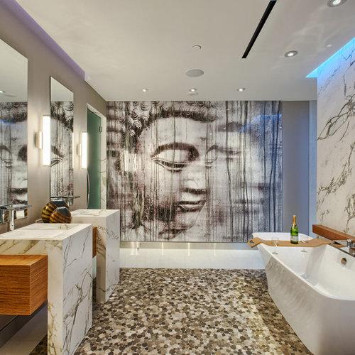 Salle de bain avec un mur gris et un sol en galet : Photos ...
