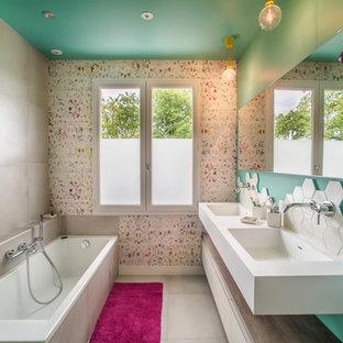 Réalisation d'une salle de bain principale design de taille moyenne avec une baignoire posée, un carrelage beige, des carreaux de céramique, un mur multicolore, un sol en carrelage de céramique, un lavabo suspendu, un sol beige et un plan de toilette blanc.