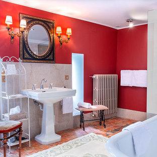 Ejemplo de cuarto de baño principal, clásico renovado, grande, con armarios abiertos, bañera con patas, ducha a ras de suelo, sanitario de dos piezas, baldosas y/o azulejos beige, baldosas y/o azulejos de mármol, paredes rojas, suelo de baldosas de terracota, lavabo de seno grande y suelo naranja