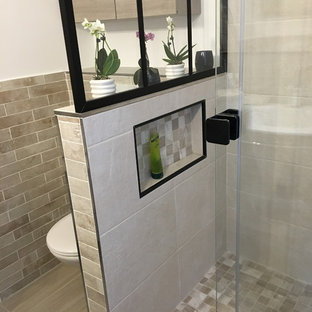 Idée de décoration pour une petit salle de bain principale tradition avec un placard à porte plane, des portes de placard en bois clair, une douche à l'italienne, un WC suspendu, un carrelage beige, des carreaux de céramique, un mur beige, un sol en bois clair, une grande vasque, un plan de toilette en terrazzo, un sol beige, une cabine de douche à porte coulissante et un plan de toilette blanc.