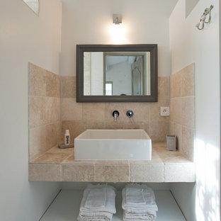 Inspiration pour une petit salle de bain principale méditerranéenne avec un placard sans porte, une douche ouverte, un carrelage beige, un carrelage de pierre, un mur beige, une vasque et aucune cabine.
