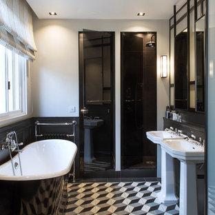Cette photo montre une douche en alcôve principale éclectique de taille moyenne avec une baignoire indépendante, un carrelage gris, un carrelage noir et blanc, un mur blanc, un sol en carrelage de céramique et un lavabo de ferme.