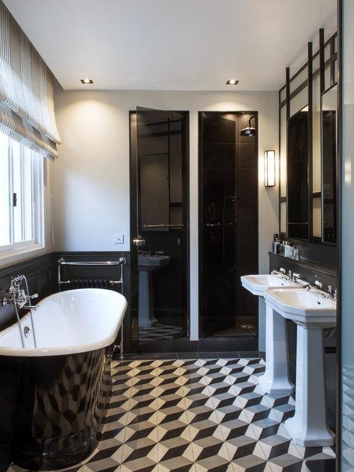 cette photo montre une douche en alcve principale clectique de taille moyenne avec une baignoire indpendante