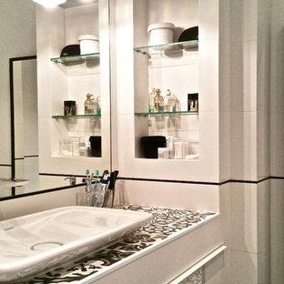 Idee per una stanza da bagno contemporanea con vasca con piedi a zampa di leone, vasca/doccia, WC sospeso, piastrelle bianche, piastrelle in ceramica, pareti bianche, pavimento con piastrelle in ceramica, lavabo rettangolare, top piastrellato e pavimento nero