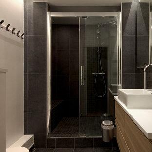 パリの小さいコンテンポラリースタイルのおしゃれなバスルーム (浴槽なし) (インセット扉のキャビネット、ベージュのキャビネット、バリアフリー、男性用トイレ、黒いタイル、ボーダータイル、グレーの壁、セメントタイルの床、横長型シンク、木製洗面台、黒い床、開き戸のシャワー、ベージュのカウンター) の写真
