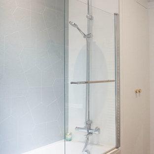 Cette photo montre une salle de bain principale scandinave de taille moyenne avec des portes de placard en bois clair, une baignoire encastrée, un sol en bois foncé, un lavabo posé, un plan de toilette en terrazzo et un plan de toilette blanc.