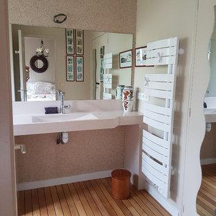 Immagine di una stanza da bagno padronale design di medie dimensioni con ante lisce, ante bianche, doccia a filo pavimento, piastrelle bianche, piastrelle di pietra calcarea, pareti beige, lavabo rettangolare, top in quarzite e porta doccia a battente