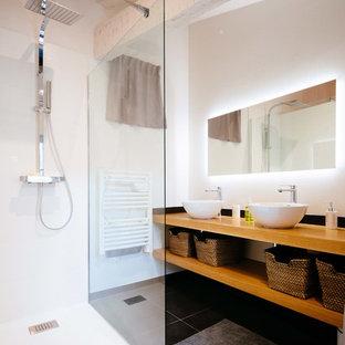 Foto di una stanza da bagno con doccia nordica di medie dimensioni con doccia a filo pavimento, WC a due pezzi, piastrelle bianche, piastrelle nere, piastrelle di cemento, pareti bianche, lavabo a bacinella, top in legno, doccia aperta e top marrone