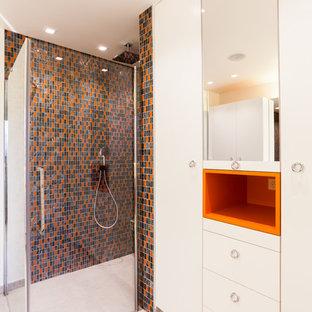 Cette photo montre une salle d'eau rétro avec des portes de placard blanches, une douche à l'italienne, un WC séparé, un carrelage gris, un carrelage noir, un carrelage orange, carrelage en mosaïque et un mur blanc.