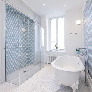 Aménagement d'une grande salle de bain classique avec une baignoire sur pieds, une douche à l'italienne, un carrelage bleu, des carreaux de béton, un sol en carrelage de terre cuite, un sol blanc, une cabine de douche à porte battante et un mur blanc.