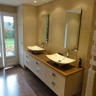 Salle de bain spacieuse avec douche à l'italienne