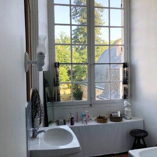 Idee per una stanza da bagno padronale chic di medie dimensioni con vasca sottopiano, doccia alcova, WC monopezzo, pareti bianche, pavimento in terracotta, lavabo a colonna, pavimento rosa, doccia aperta, toilette, un lavabo e mobile bagno incassato