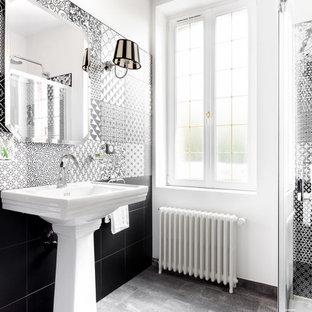 Inspiration pour une salle de bain principale traditionnelle avec un carrelage noir et blanc, un lavabo de ferme, une douche à l'italienne, carrelage en mosaïque et un mur blanc.
