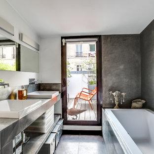 Idée de décoration pour une salle de bain design de taille moyenne avec un mur gris, un placard sans porte, des portes de placard grises, un carrelage gris, carrelage en métal, un sol en ardoise et une vasque.