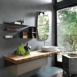 Пример оригинального дизайна: главная ванная комната среднего размера в современном стиле с серыми стенами, плоскими фасадами, настольной раковиной, столешницей из дерева, серым полом и коричневой столешницей