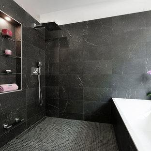 Idee per una grande stanza da bagno padronale moderna con nessun'anta, ante in legno chiaro, vasca sottopiano, doccia doppia, pistrelle in bianco e nero, piastrelle di marmo, pareti nere, pavimento con piastrelle a mosaico, pavimento nero, doccia aperta e top bianco