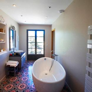 Immagine di un'ampia stanza da bagno padronale design con vasca da incasso, doccia a filo pavimento, pareti grigie, pavimento in cementine, lavabo da incasso, top in legno, pavimento rosa, doccia aperta e top nero