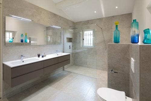 Avant/après d\'une salle de bains désuète devenue moderne et épurée