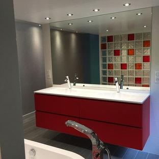 Idées Déco Pour Une Très Grande Salle De Bain Principale Moderne Avec Une  Baignoire Posée,