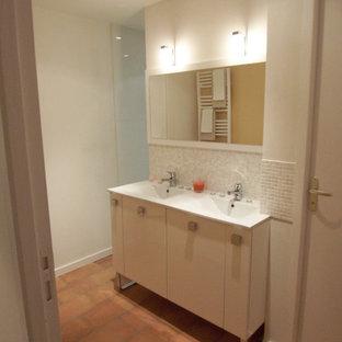 Foto di una grande stanza da bagno con doccia con doccia a filo pavimento, WC a due pezzi, piastrelle bianche, piastrelle in ceramica, pareti bianche, pavimento in terracotta, lavabo a colonna e pavimento rosso