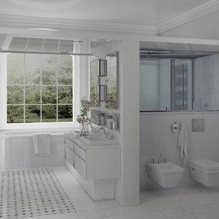Idee per un'ampia stanza da bagno padronale chic con lavabo da incasso, top in onice, vasca sottopiano, doccia a filo pavimento, WC a due pezzi, piastrelle blu, pareti bianche e pavimento in marmo