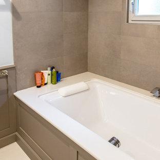 Diseño de cuarto de baño principal, clásico renovado, de tamaño medio, sin sin inodoro, con armarios con rebordes decorativos, puertas de armario marrones, bañera esquinera, baldosas y/o azulejos con efecto espejo, paredes blancas, suelo de azulejos de cemento, lavabo integrado, encimera de mármol y suelo beige