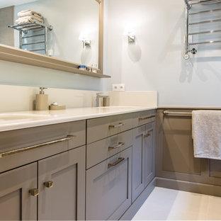 Imagen de cuarto de baño principal, clásico renovado, de tamaño medio, sin sin inodoro, con armarios con rebordes decorativos, puertas de armario marrones, bañera esquinera, baldosas y/o azulejos con efecto espejo, paredes blancas, suelo de azulejos de cemento, lavabo integrado, encimera de mármol y suelo beige