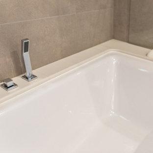 Ispirazione per una stanza da bagno padronale tradizionale di medie dimensioni con ante a filo, ante marroni, vasca ad angolo, zona vasca/doccia separata, piastrelle a specchio, pareti bianche, pavimento in cementine, lavabo integrato, top in marmo e pavimento beige