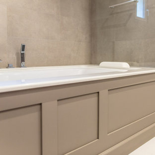Idee per una stanza da bagno padronale chic di medie dimensioni con ante a filo, ante marroni, vasca ad angolo, zona vasca/doccia separata, piastrelle a specchio, pareti bianche, pavimento in cementine, lavabo integrato, top in marmo e pavimento beige