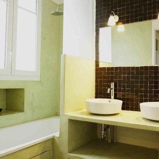 Foto di una stanza da bagno padronale mediterranea di medie dimensioni con nessun'anta, ante verdi, vasca sottopiano, piastrelle marroni, piastrelle di cemento, pareti verdi, pavimento in ardesia, lavabo da incasso e top in cemento