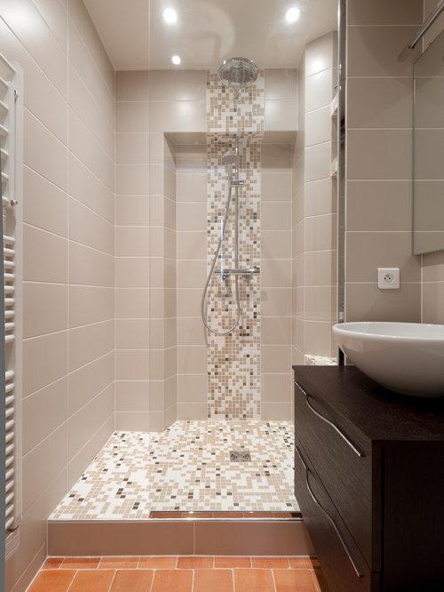 Salle de bain avec une douche l 39 italienne et un for Douche italienne beige
