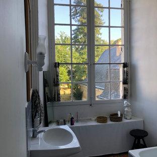 Ejemplo de cuarto de baño principal, tradicional renovado, de tamaño medio, con bañera encastrada, ducha empotrada, sanitario de dos piezas, baldosas y/o azulejos grises, baldosas y/o azulejos de piedra, paredes blancas, suelo de baldosas de terracota, lavabo con pedestal y suelo rosa