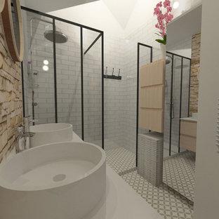 Idee per una piccola stanza da bagno con doccia design con ante in legno chiaro, doccia a filo pavimento, piastrelle beige, piastrelle a listelli, pareti beige, pavimento con piastrelle in ceramica, lavabo da incasso, pavimento beige e doccia aperta