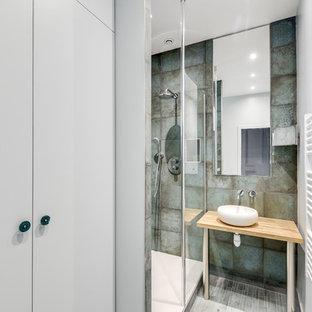Foto di una stanza da bagno con doccia contemporanea con doccia alcova, piastrelle grigie, piastrelle in metallo, pareti bianche, lavabo a consolle, top in legno, pavimento grigio, doccia aperta e top beige