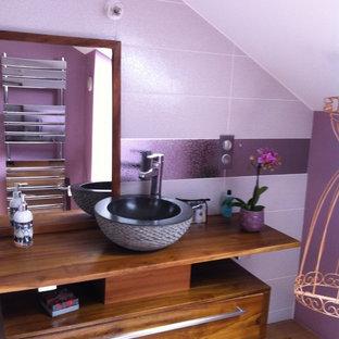 Foto di una piccola stanza da bagno design con nessun'anta, ante in legno chiaro, doccia ad angolo, WC sospeso, piastrelle rosa, piastrelle in ceramica, pareti rosa, parquet chiaro, lavabo a bacinella, top in legno e porta doccia scorrevole