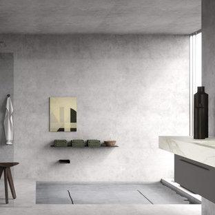 Idee per una grande stanza da bagno padronale moderna con ante a filo, ante grigie, vasca da incasso, doccia aperta, WC sospeso, piastrelle grigie, piastrelle di marmo, pareti multicolore, pavimento con piastrelle in ceramica, lavabo a consolle e top piastrellato
