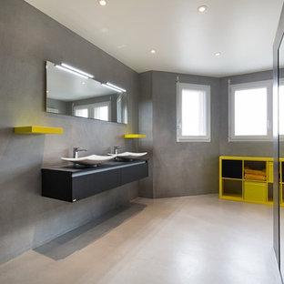Immagine di una stanza da bagno design con pareti grigie, pavimento in cemento, pavimento grigio, nessun'anta, ante gialle, doccia aperta, piastrelle grigie, piastrelle diamantate, lavabo rettangolare, top in pietra calcarea e porta doccia scorrevole