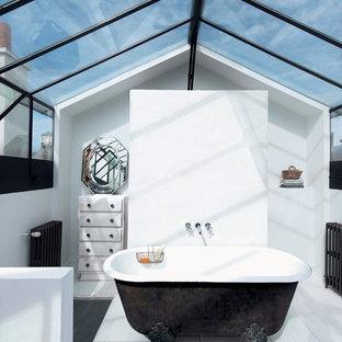 Exemple d'une salle de bain principale éclectique de taille moyenne avec des portes de placard en bois vieilli, une baignoire sur pieds, un mur blanc et un sol en bois peint.