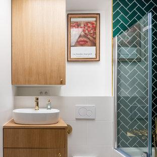 Aménagement d'une petit salle de bain contemporaine avec un placard à porte plane, des portes de placard en bois brun, un WC suspendu, un carrelage gris, des carreaux de porcelaine, un mur blanc, une vasque, un plan de toilette en bois et un plan de toilette beige.