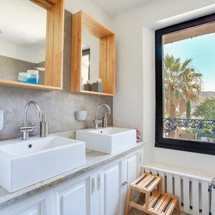 Inspiration pour une salle de bain principale nordique avec un placard avec porte à panneau surélevé, des portes de placard blanches, un mur blanc et une vasque.