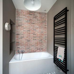 Cette image montre une salle de bain principale urbaine avec une baignoire en alcôve, un mur marron, un sol en carrelage de céramique et un carrelage rouge.