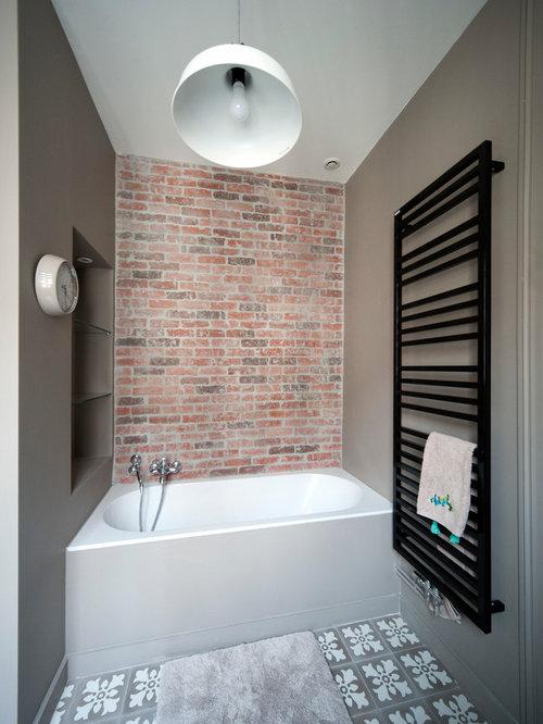 Stanza da bagno industriale con pareti marroni foto - Bagno piastrelle marroni ...